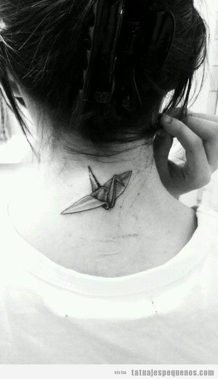 Tatuaje pequeño y bonito para chica en la nuca, origami de pájaro
