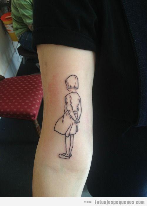Tatuaje bonito y pequeño de una niña en el brazo