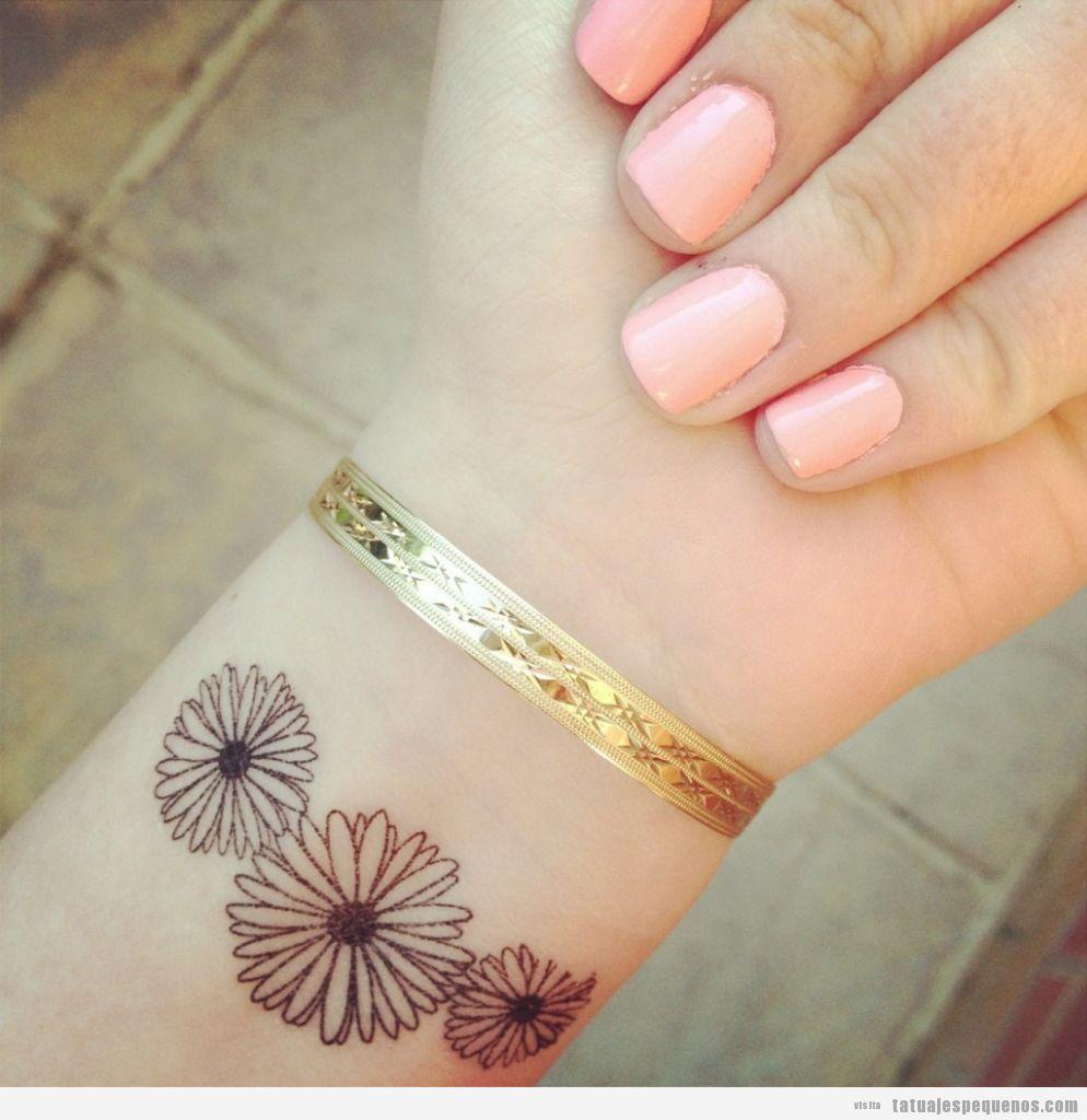 Tatuaje pequeño y bonito, flores en la muñeca