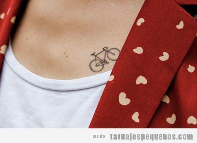 Tatuaje en el pecho para chica indie, una bicicleta