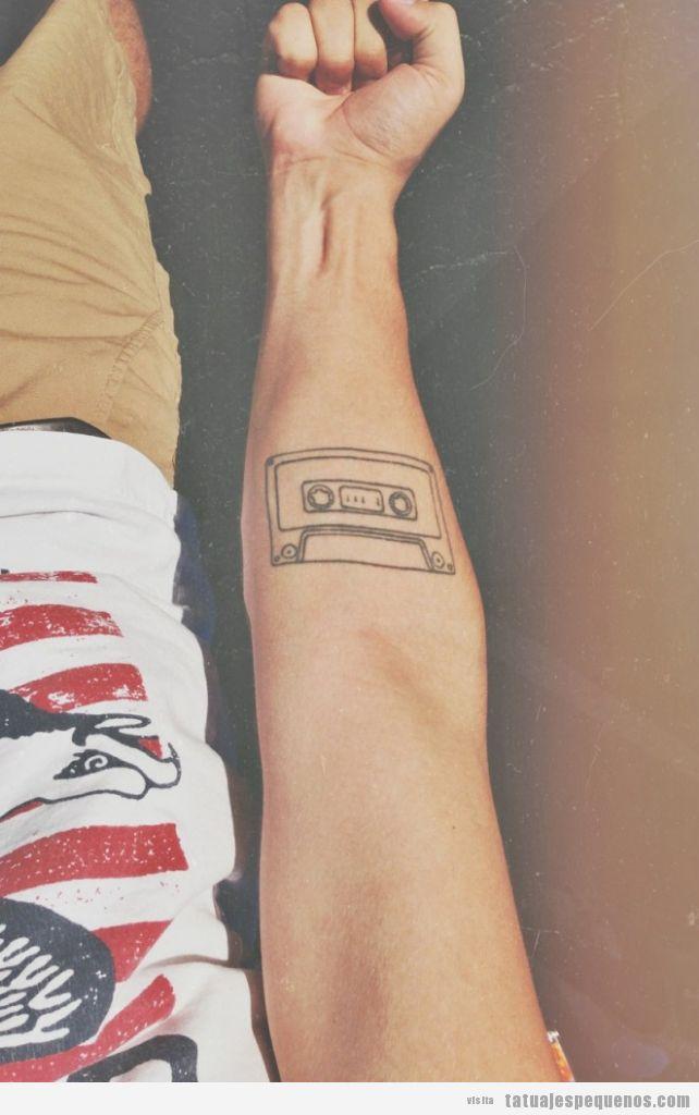 Tatuaje de esto hipster e indie, casete en el antebrazo