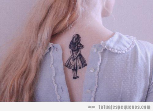 Tatuaje pequeño para chica en la nuca, Alicia en el país de las maravillas