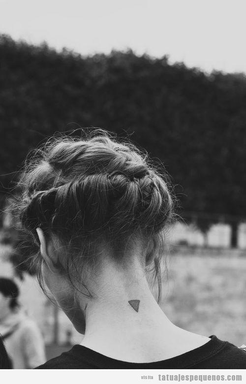 Tatuaje triángulo pequeño en la nuca de una chica