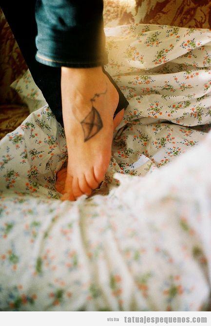 Tatuaje pequeño y bonito para chica en el pie, cometa