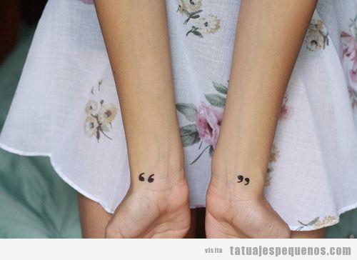 Tatuaje pequeño chicas, comillas en las muñecas