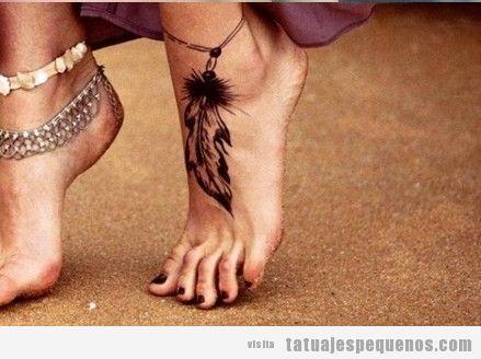 Tatuaje pequeño para chica en el pie, tobillera con plumas