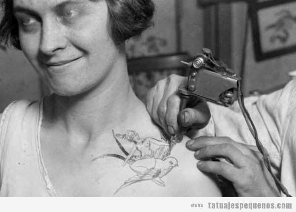 Tatuaje en la clavícula de una mujer en los años 20