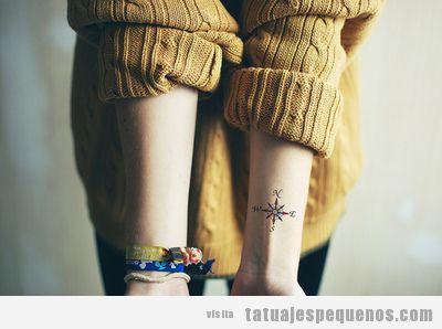 Tattoo pequeño y bonito en la muñeca, puntos cardinales