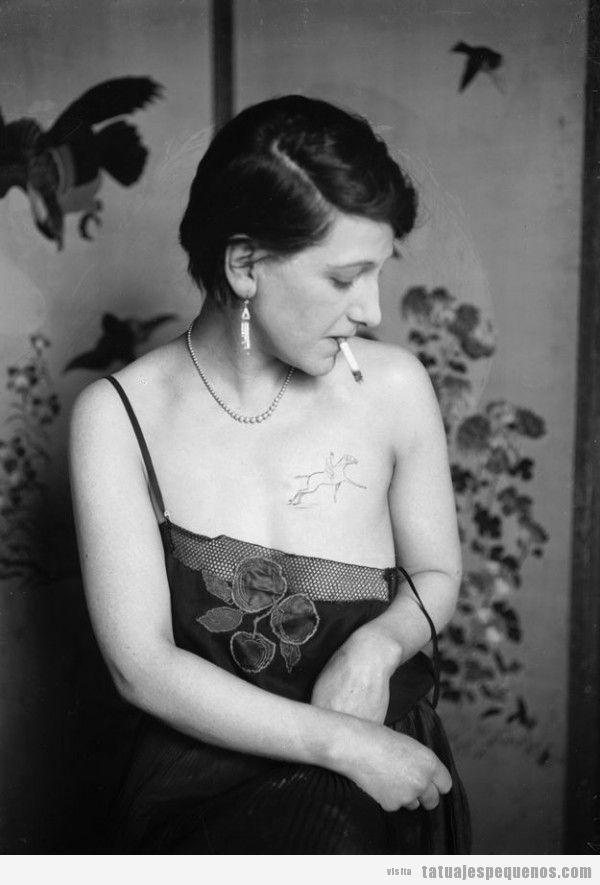 Tatuaje de una mujer de los años 20, caballo en el pecho