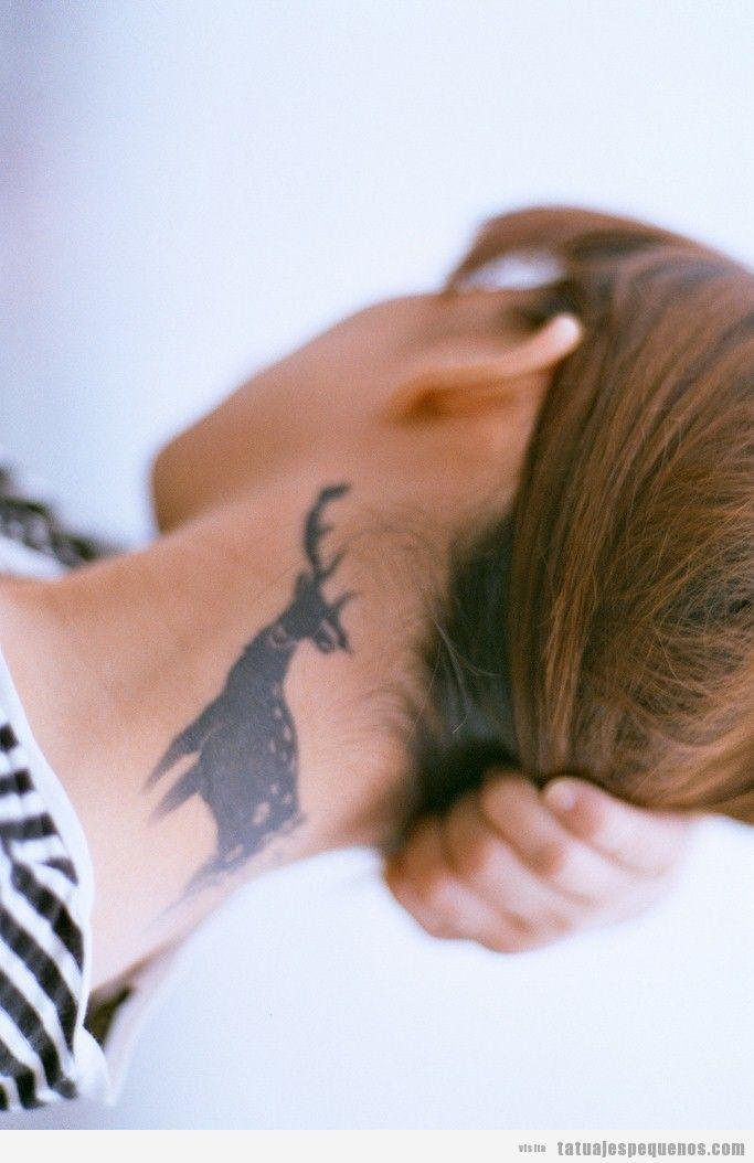 Tatuaje pequeño para chicas, ciervo en la nuca