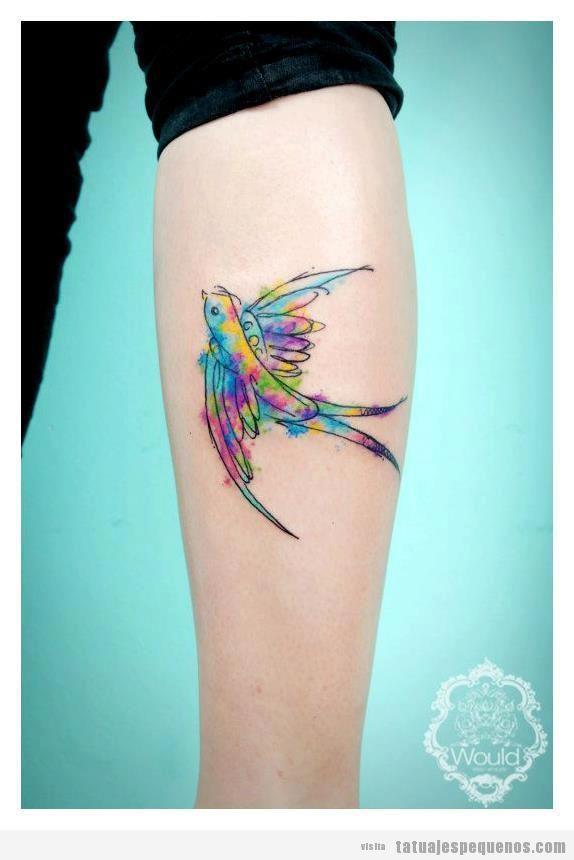 Tatuaje pequeño en el brazo, pájaro de colores estilo acuarela