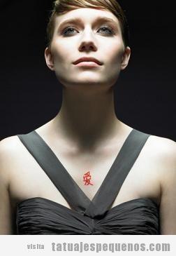 Tatuaje pequeño pecho para chicas, letra china color rojo