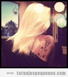 Tatuaje pequeño para chica en la espalda, cometa