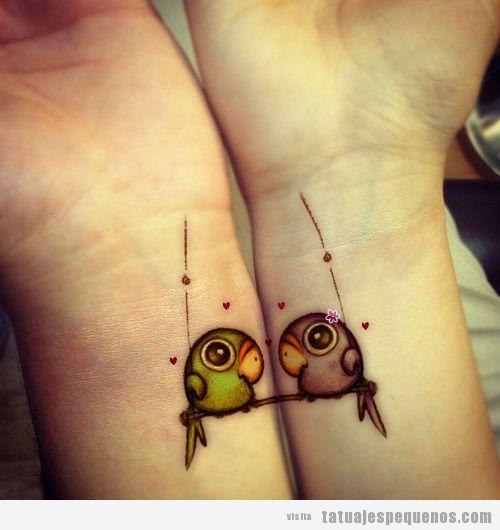 Tattoo original de dos pájaros enamorados en las dos muñecas