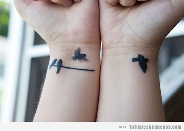 Tatuaje pequeño y bonito para chicas en las dos muñecas, pájaros
