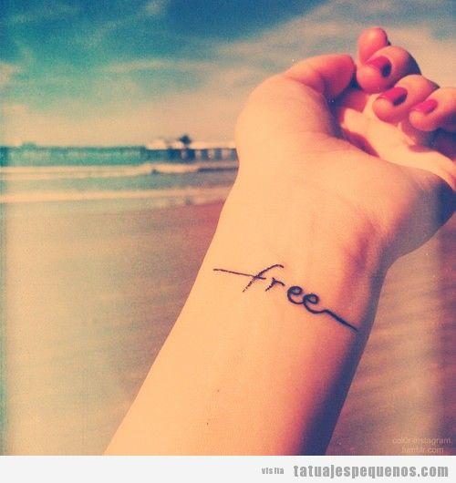 """Tatuaje con la palabra """"free"""" en la muñeca"""