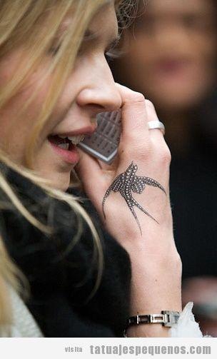 Tatuaje de un pájaro en la mano
