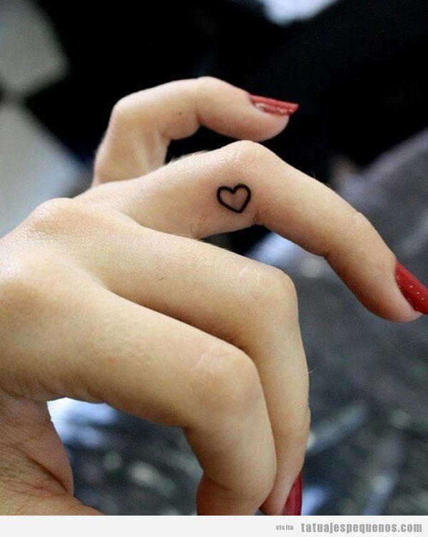 Tattoo de un pequeño corazón en el dedo