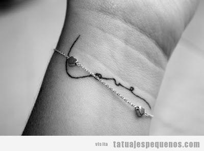 """Idea tatuaje pequeño chica, palabra """"love"""" en la muñeca"""