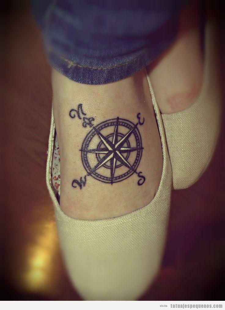 Tatuaje pequeño para chicas, puntos cardinales en el pie