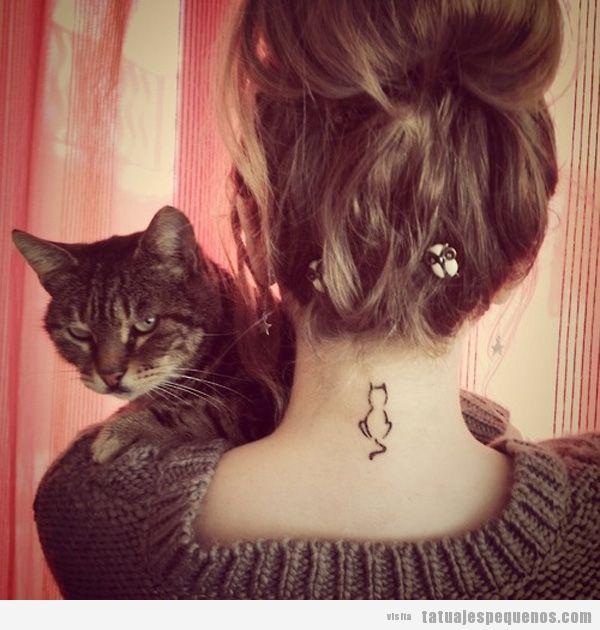Tatuaje silueta gato en la nuca