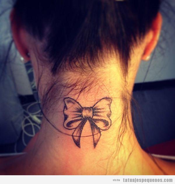 Tatto pequeño lazo en la nuca