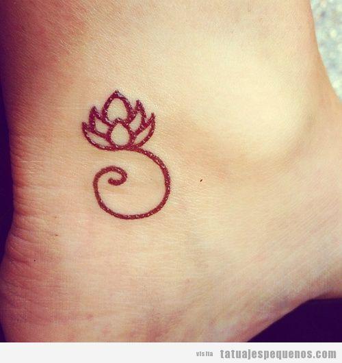 Tatuaje pequeño flor de loto en el pie