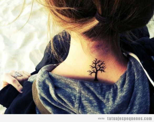 Tatuaje pequeño y bonito para chica, un árbol en la nuca