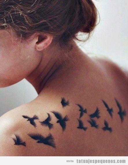 Tattoo para chicas, pájaros volando en la espalda