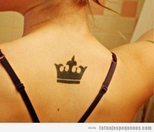 Tatuaje pequeño de una corona para chica en la espalda