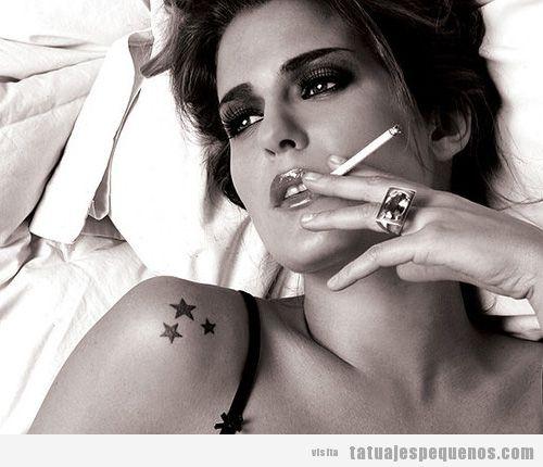 Tatuaje pequeño para chicas, estrellas e el hombro