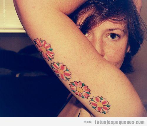 Tatuaje pequeño de flores en la parte interior del brazo