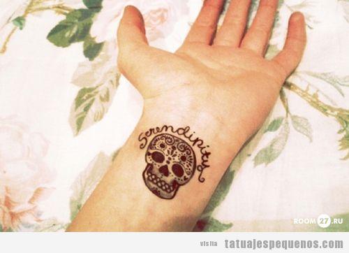 Tatuaje original y pequeño para chicas en la muñeca, sugar skull