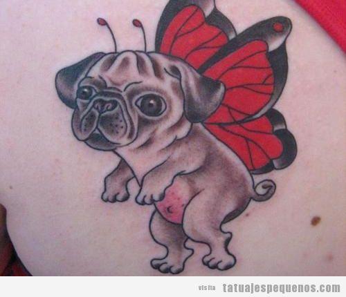Tatuaje pequeño y gracioso, perro carlino con alas de mariposa