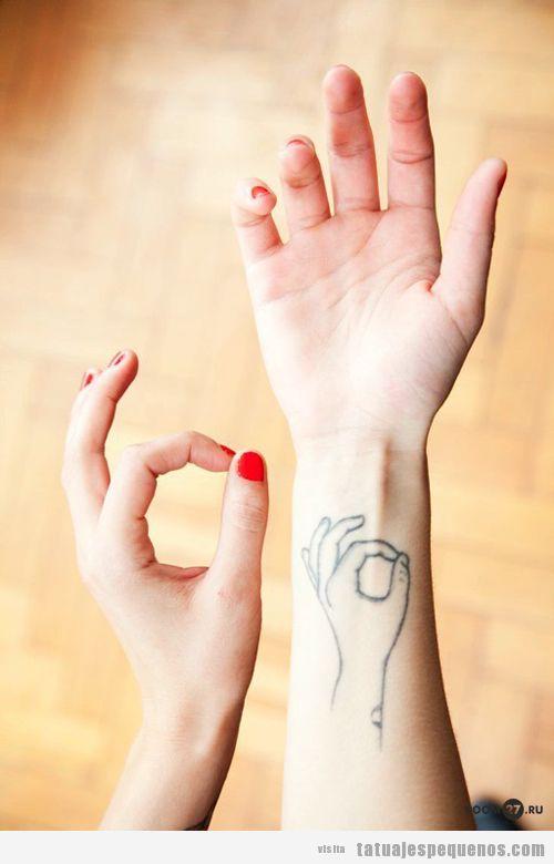 Tatuaje pequeño en la muñeca, mudra Om yoga