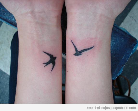 Tatuaje pequeño, pájaros en las dos muñecas