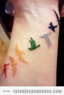 Tatuaje pequeño y bonito para chicas, pájaros de colores en la muñeca