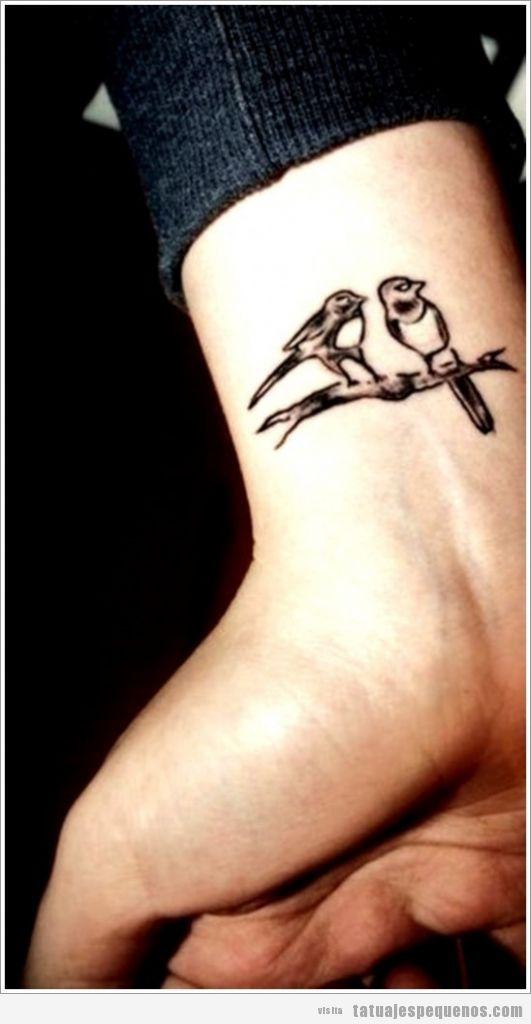 Tatuajes pequeños, pájaros realistas en una rama, en la muñeca