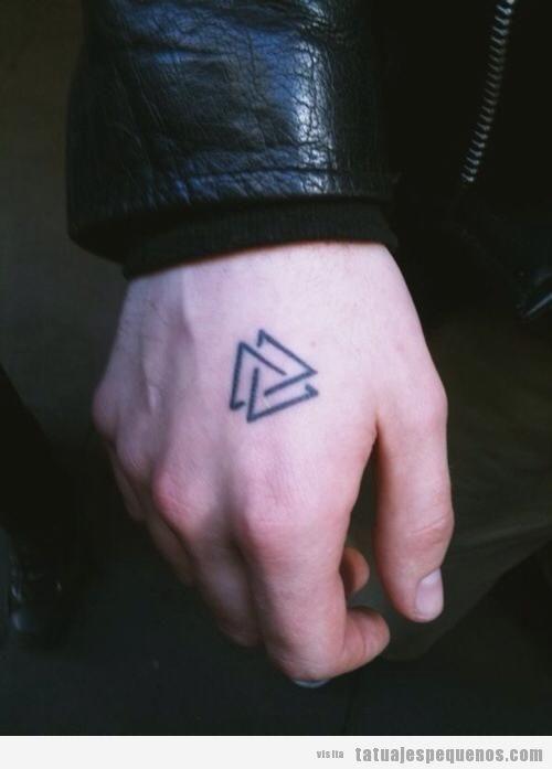 Tatuaje pequeño chico en la mano, dos triángulos