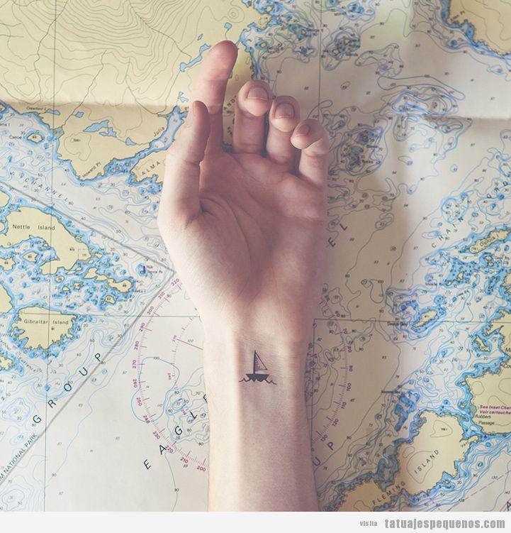 Tatuaje muy pequeño de un barco velero en la muñeca