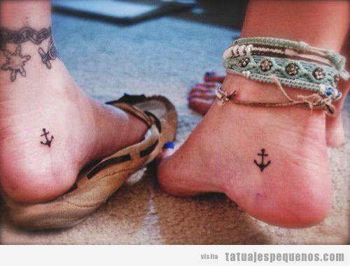 Tatuajes pequeños en el talón del pie, dos anclas
