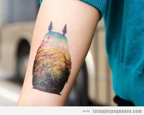 Tatuaje pequeño y bonito con la silueta de Mi vecino Totoro