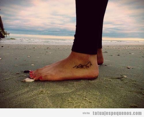 Una cordillera tatuada en el pie, un tatuaje pequeño y original para chicas y chicos