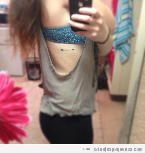 Tatuaje pequeño de una flecha en las costillas