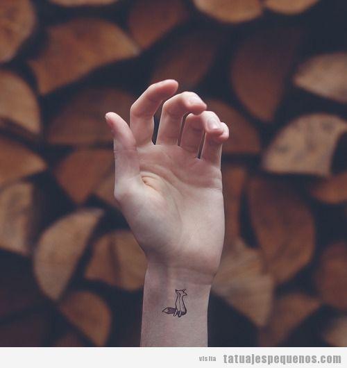 Tatuaje muy pequeño de un zorro en la muñeca