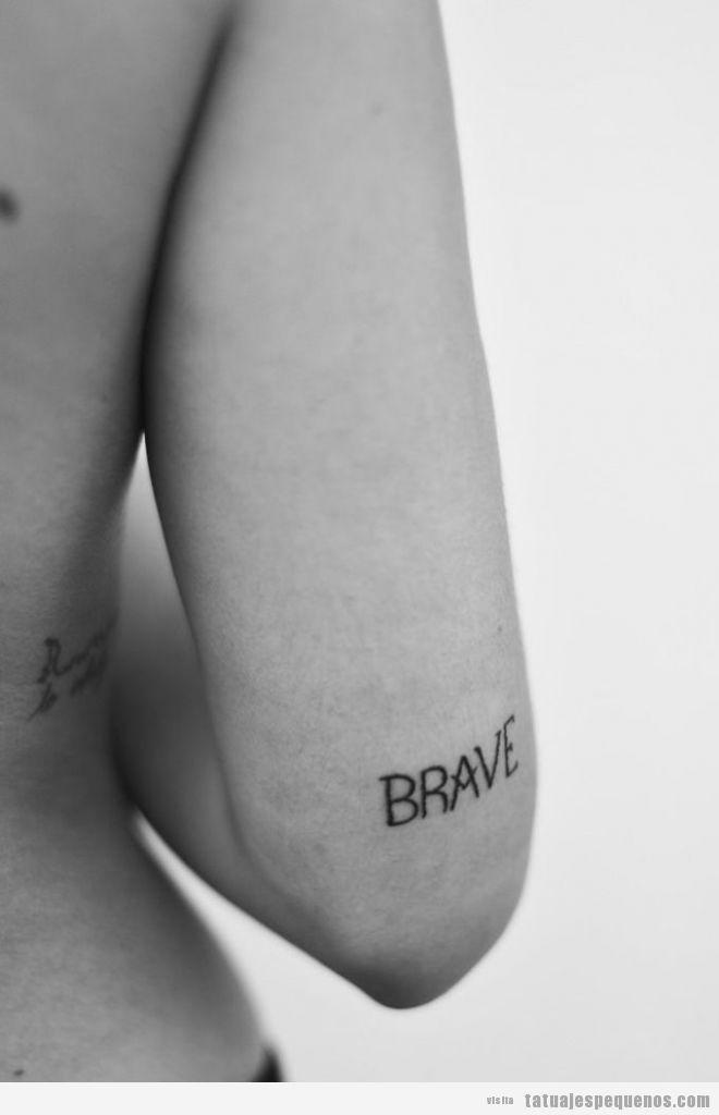Tatuaje pequeño con la palabra Brave encima del codo