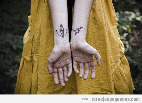 Tatuaje origami pequeño en la muñeca