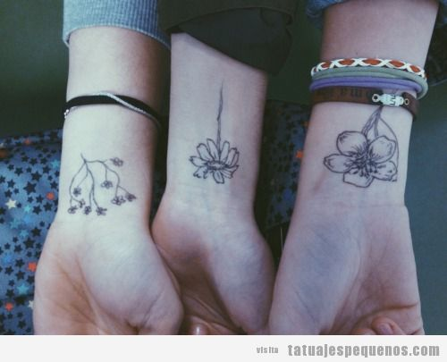 Tatuaje pequeño para amigas, tres flores en la muñeca
