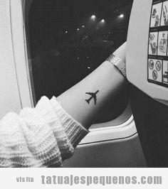 Tatuaje pequeño de un avión en la muñeca