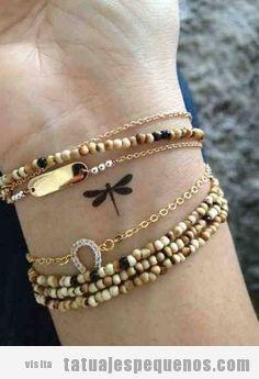 Tattoo pequeño, una libélula en la muñeca